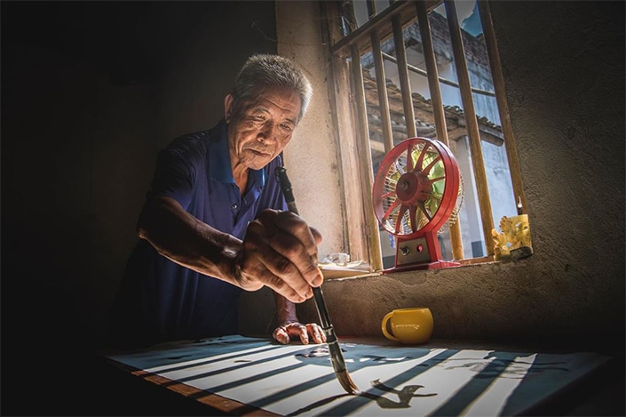 chinese calligraphy master writes a chinese idiom
