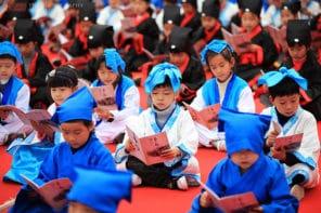 전통 의상을 입은 중국 어린이