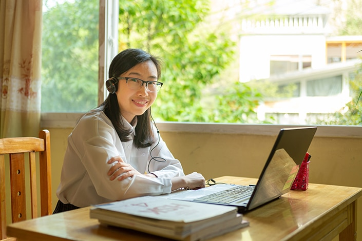 A teacher helping students learn Chinese on Zoom