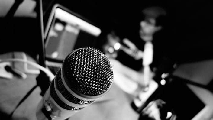 a black and white picture of a microphone used for recording Chinese podcasts